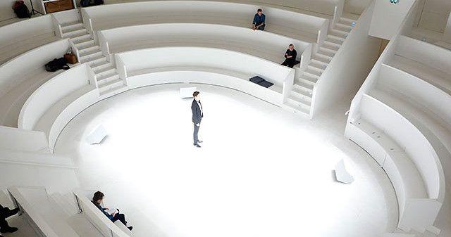 Jungfräulich weiß - die Arena im Centraltheater. Foto: (c) Rolf Arnold.