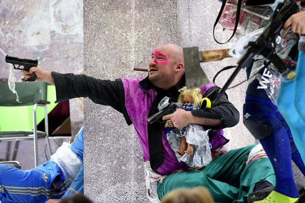 Bunter Kampf jeder gegen jeden: Mahagonny in Halle © Falk Wenzel