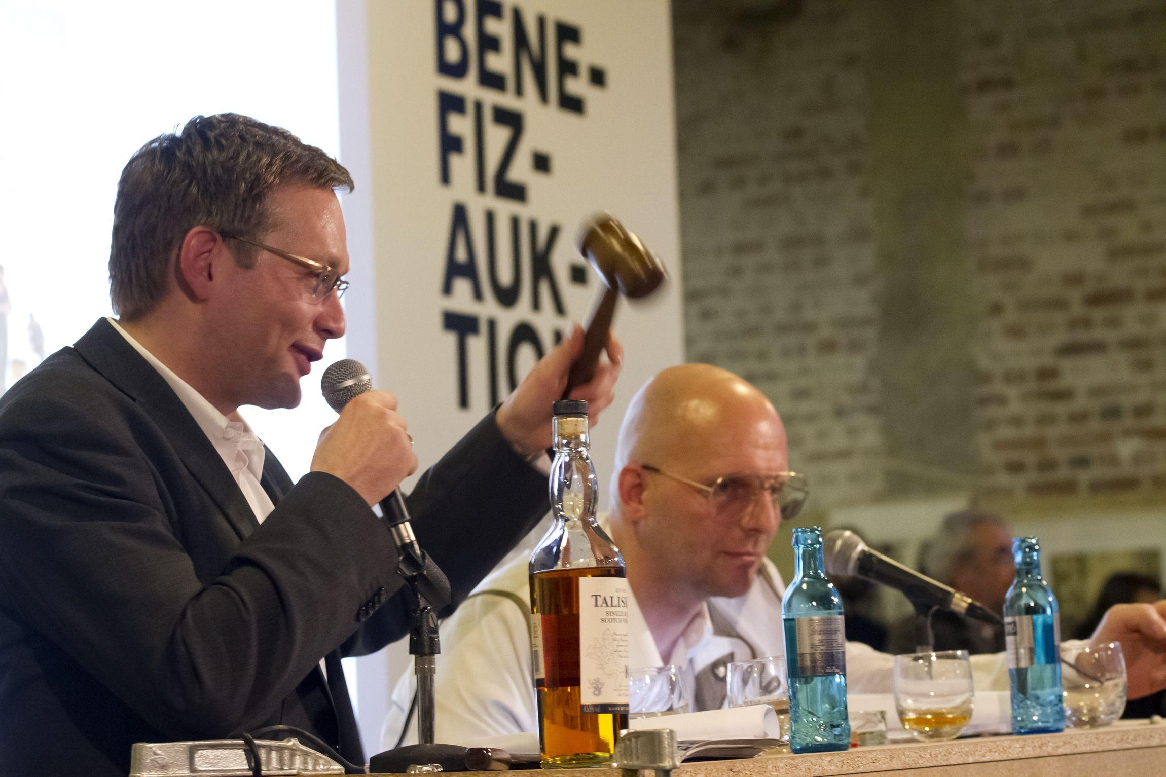 Clemens Meyer und Uwe Karsten Günther bei der Benefiz Auktion 2014 © Sandra Neuhaus