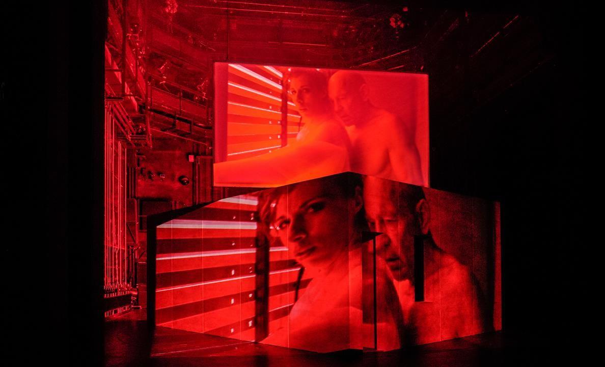 """Linda Pöppel und Frank Büttner """"In Stanniolpapier"""" Regie Sebastian Hartmann Deutsches Theater Berlin © Arno Declair"""