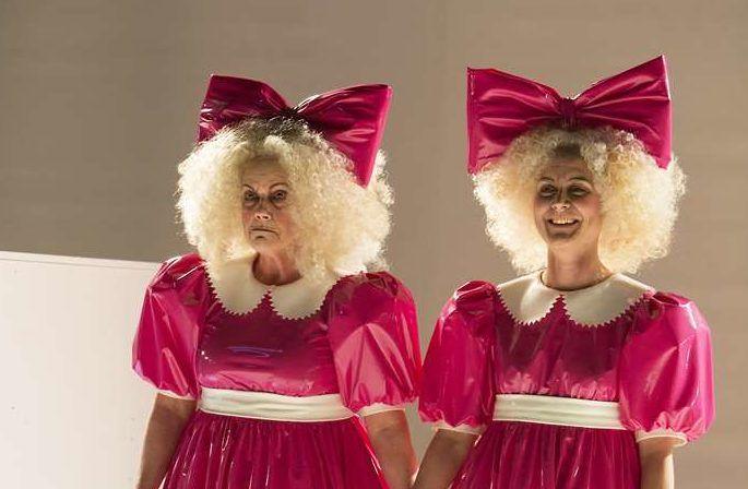"Frohgemute Untergangsbotinnen: Claudia Burckhardt und Dorothea Arnold in ""Paradies fluten"" © Rolf Arnold"