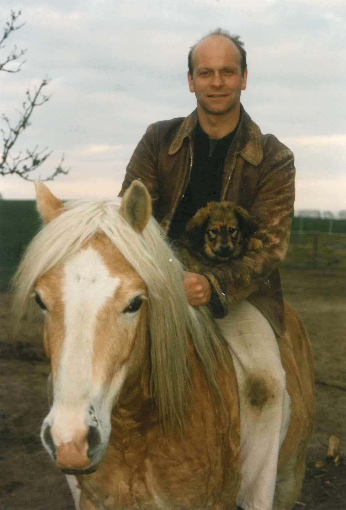 Andreas Keller mit Pferd und Hund © Privat