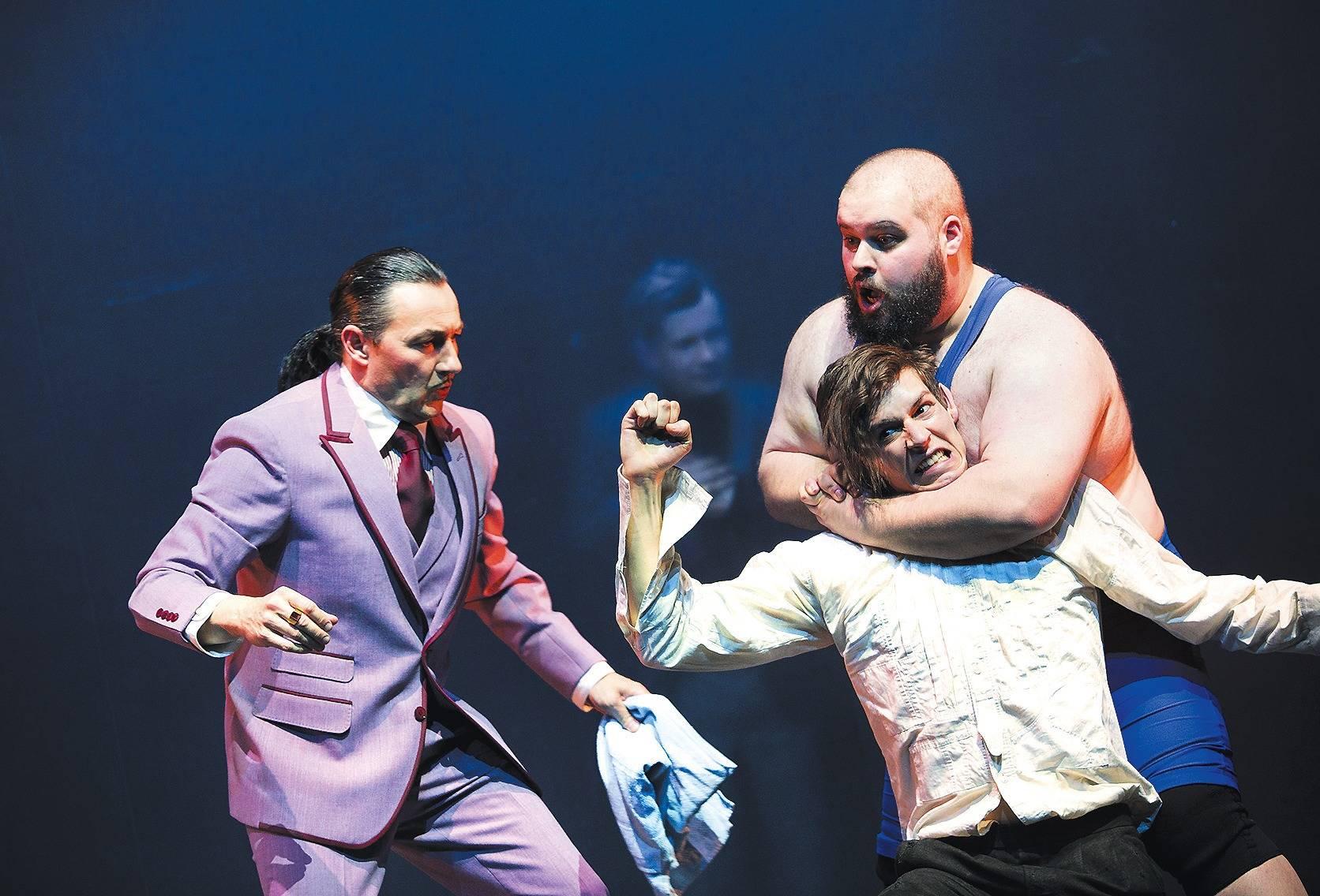 Im Würgegriff: Julius Forster in Wie es euch gefällt am Nationaltheater Mannheim © Florian Merdes